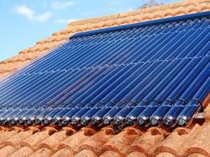 Un esempio di pannelli solari termici montati su un tetto