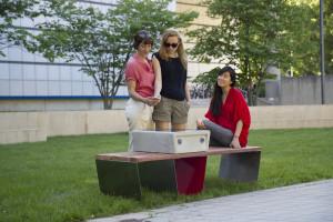 La panchina ad energia solare con carica cellulari incorporato