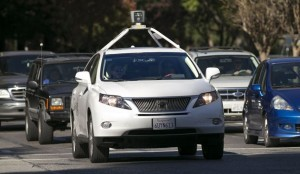 Uno dei veicoli auto-guidati di Google si fa strada nel traffico